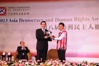 H. E. President Ma Ying-jeou presents the 2013 ADHRA sculpture to Saw Albert, Field Director of KHRG