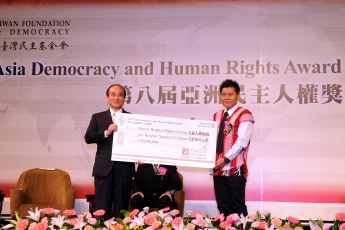 TFD Chairman Wang Jin-pyng presents the 2013 ADHRA grant to Saw Albert