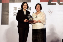 [2016 Asia Democracy and Human Rights Award Ceremony]President Tsai Ing-wen presented the award sculpture to AFAD Secretary-General Mary Aileen Diez-Bacalso