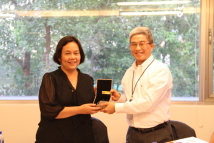 【2016 ADHRA Forum-A Dialogue between AFAD and Taiwan's NGOs】Dr. Szu-chien Hsu, President of the TFD (right), presented a gift to Ms. Mary Aileen Diez-Bacalso.