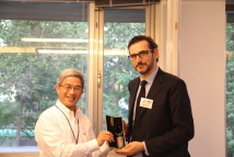 【2016 ADHRA Forum-A Dialogue between AFAD and Taiwan's NGOs】Dr. Szu-chien Hsu, President of the TFD (left), presented a gift to Mr. Nicholas Bequelin.